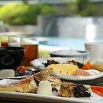 目の前で焼き立てをご用意する本日の焼魚や料理長監修の佃煮、山口県産のごはん、五穀米など、旅館の朝は和食でスタートされたいお客様にもご好評いただいております。