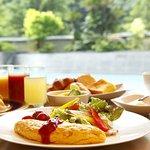 爽やかな朝の陽光がやさしくそそぐ朝食会場で。山口県の地産食材を中心に、和洋50種類のメニューをご用意いたしております。盛り付けもたのしい、朝のひとときをどうぞ。