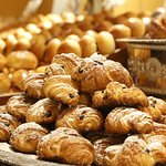 朝食ビュッフェのパン。オーバーナイト製法にて毎朝、館内自家工房にて焼き上げております。