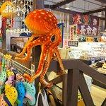 ザ・フィッシュ内の海山物販売に吊ってある蛸のぬいぐるみ