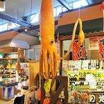 ザ・フィッシュ内の海山物販売に吊ってある烏賊のぬいぐるみ