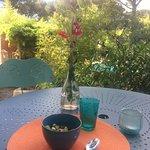 Le petit déjeuner servi en terrasse face au jardin