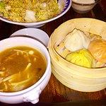漢方入りスープ、三色小龍包、炒飯
