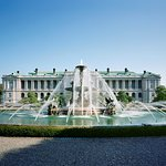 迎賓館赤坂離宮の主庭から見る本館と噴水の写真。噴水は、本館とともに国宝に指定されています。