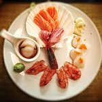 sashimi di gamberi rossi, ventresca, salmone, capesante con Tobiko e capesante in salsa ponzu