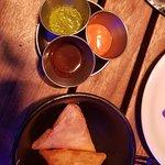 """entrees """" Vegetable Samosas et leus 3 sauces simplement EXTRA"""