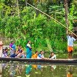 Passeio de canoa nas Backwaters de Kerala.