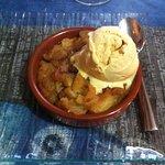 Pomme rôtie, glace au pain d'épices. Manque de décoration.