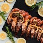 жареные креветки с лимоном, миксом трав и эстрагоном