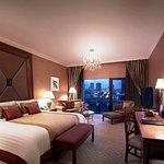 夜の雰囲気がロマンチック。バンコクの贅沢を体感できる最高級ホテル