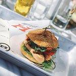 Вот этот замечательный бургер я и ел в ресторане. Мне он очень понравился.