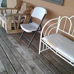meine Terrasse vor der Cabin - Möbel völlig herunter gekommen