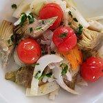 insalata di seppie, carciofi, carote e datterini