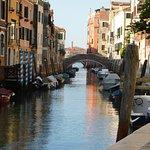 Pihenő hajók reggel Velencében