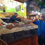 comprando tâmaras e outras frutas secas