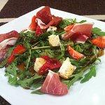 весенний салат с рукколой, пармой, клубникой и сыром Дор Блу