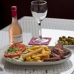 Chicken wings with chips and salad, olivas, rose vine