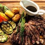 Για τους λάτρεις του κρέατος, ζουμερό Rib-Eye και ψητά λαχανικά