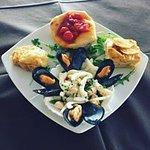 Gli antipasti sono sempre variegati, dalla frittura al pesce fresco