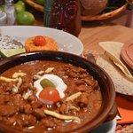 Chile con Carne ita Cubetti di vitello cucinati con fagioli, chile messicano e salsiccia guarnit