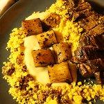 Faldinha com chimichurri, purê de batata, farofa de bacon e mandioca salteada