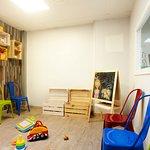 Zona infantil con juguetes y pinturas