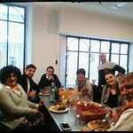 L'Artisan et ses convives autour d'un repas entre collègues