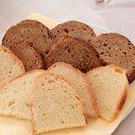 Pane bianco e pane nero ai cereali fatto da Tenuta Mezzana