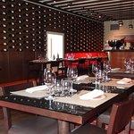 La Vinoteca es uno de sus dos espacios gustativos.