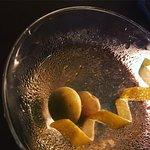 Simpático ambiente, pratos gostosos e um Dry Martini sob medida, preparado pelo atencioso barman