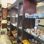 ร้านนี้จำหน่ายสินค้าที่ระลึกของประเทศไทยเหมาะสำหรับซื้อไปเป็นของฝากครับ