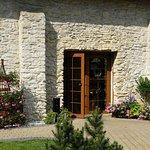 Pięknie komponuje się roślinność z kamiennym budynkiem