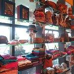 ร้านจำหน่ายสินค้าที่ระลึกของเมืองไทย มีสินค้าน่ารักและน่าซื้อเป็นของฝากเยอะครับ