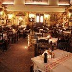 Η βραδινή ατμόσφαιρα στην αυλή του εστιατορίου Σεμίραμις