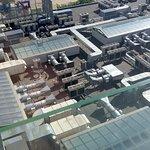 вид на крышу торгового центра с шумными кондиционерами