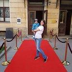 Перед входом красная ковровая дорожка))