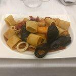 Mezzo pacchero allo scoglio con vongole pescate, cozze di Gaeta, gamberetti e calamari di Ventot