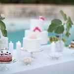 Un angolo del buffet di frutta e dolci allestito sul bordo piscina