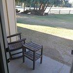 Kleine Terrasse mit Blick auf den Golfplatz