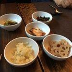 piatto di entrata con Kimchi, verdure fermentate con spezie piccanti al centro...fiore di loto e