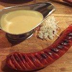 Salchicha con salsa de mostaza y col, muy buena.