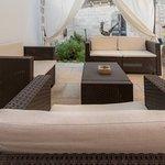 Giardino indipendente con poltrone e divani