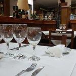 La mesa, las copas, el vino, la barra