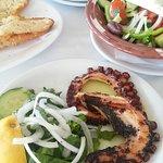 Octopus gegrild en superlekkere mossels in een sap met ouzo op smaak gebracht, heerlijk !