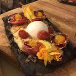 Pizzaccia al carbone con fiori di zucca, Piennolo giallo e culatello,