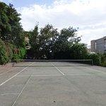 Terrain de tennis peu entretenu
