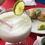 Empanadas y limonada de coco deliciosas