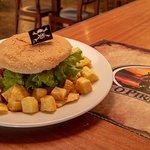Hambúrguer das Caraíbas c/batata frita caseira; Caribbean Burger with homemade fried potatoes;