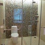 ห้องสุขาและห้องอาบน้ำกั้นกลางด้วยกระจกใส ครับ