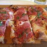 пинса с сыром горгозола и ассорти салями